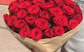 Что означает во сне букет красных роз. К чему снится букет роз: подарить, покупать, найти, украшать