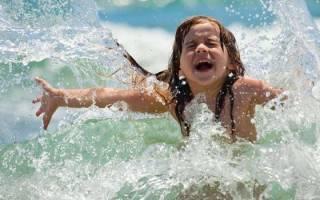 При какой температуре воды можно купаться детям и взрослым в море, реке или бассейне. Когда освещать воду на Крещение