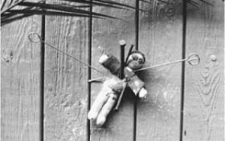Что делать с подброшенный портмоне серебряным крестиком. Порча под дверью