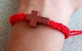 Чем помогает красная нитка на запястье. Зачем красная нить на левом запястье? Что символизирует красная нить